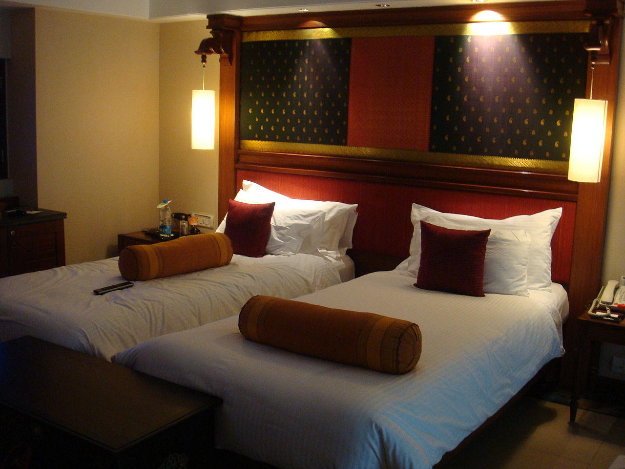 1280px-Hotel_room_beds_at_GRT_Temple_Bay_Resorts,_Mahabalipuram