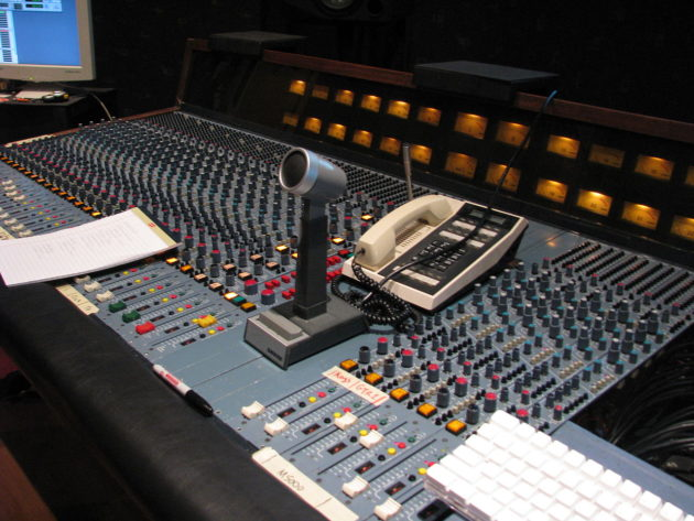 Amek_2500,_32_x_24_x_2_discrete_console_-_right_angle,_Studio_A,_Downtown_Recording