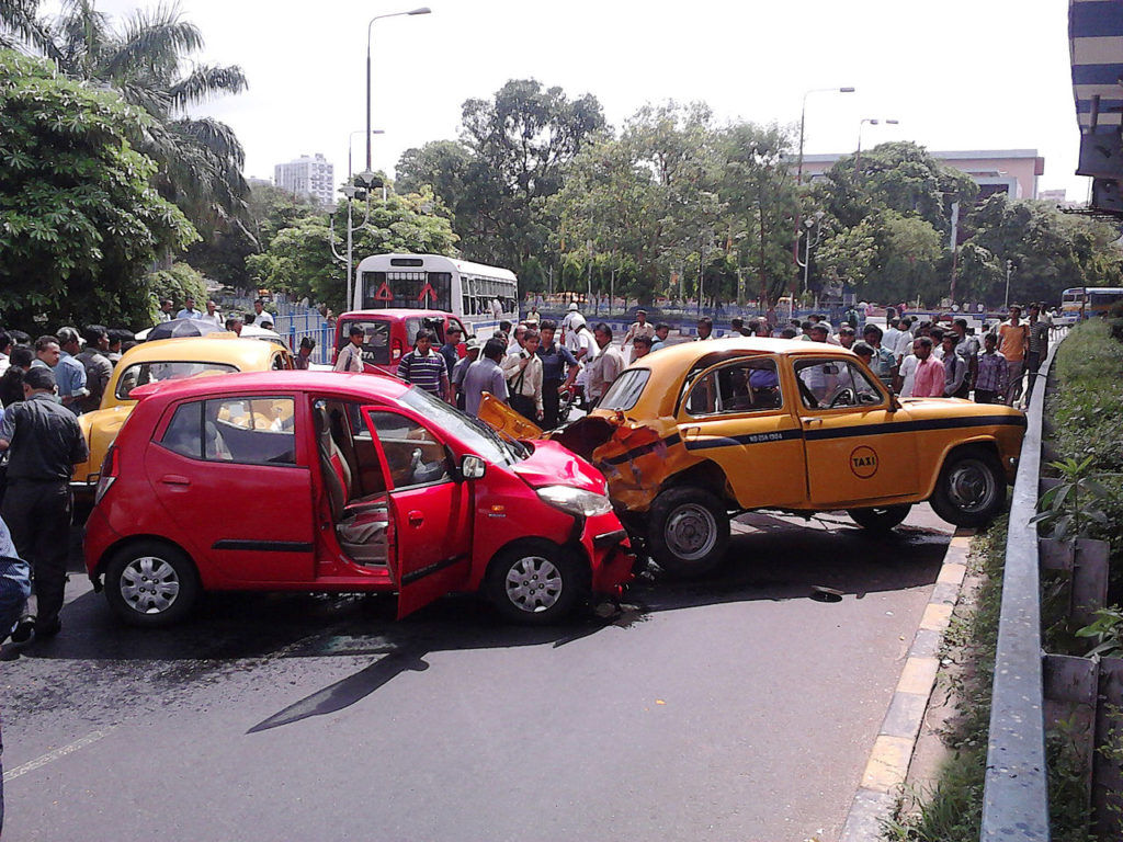 1280px-Multiple_Car_Accident_-_Rabindra_Sadan_Area_-_Kolkata_2012-06-13_01320